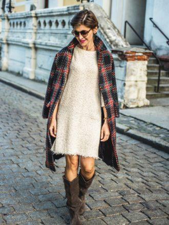 Swetrowa sukienka w kolorze beżowym