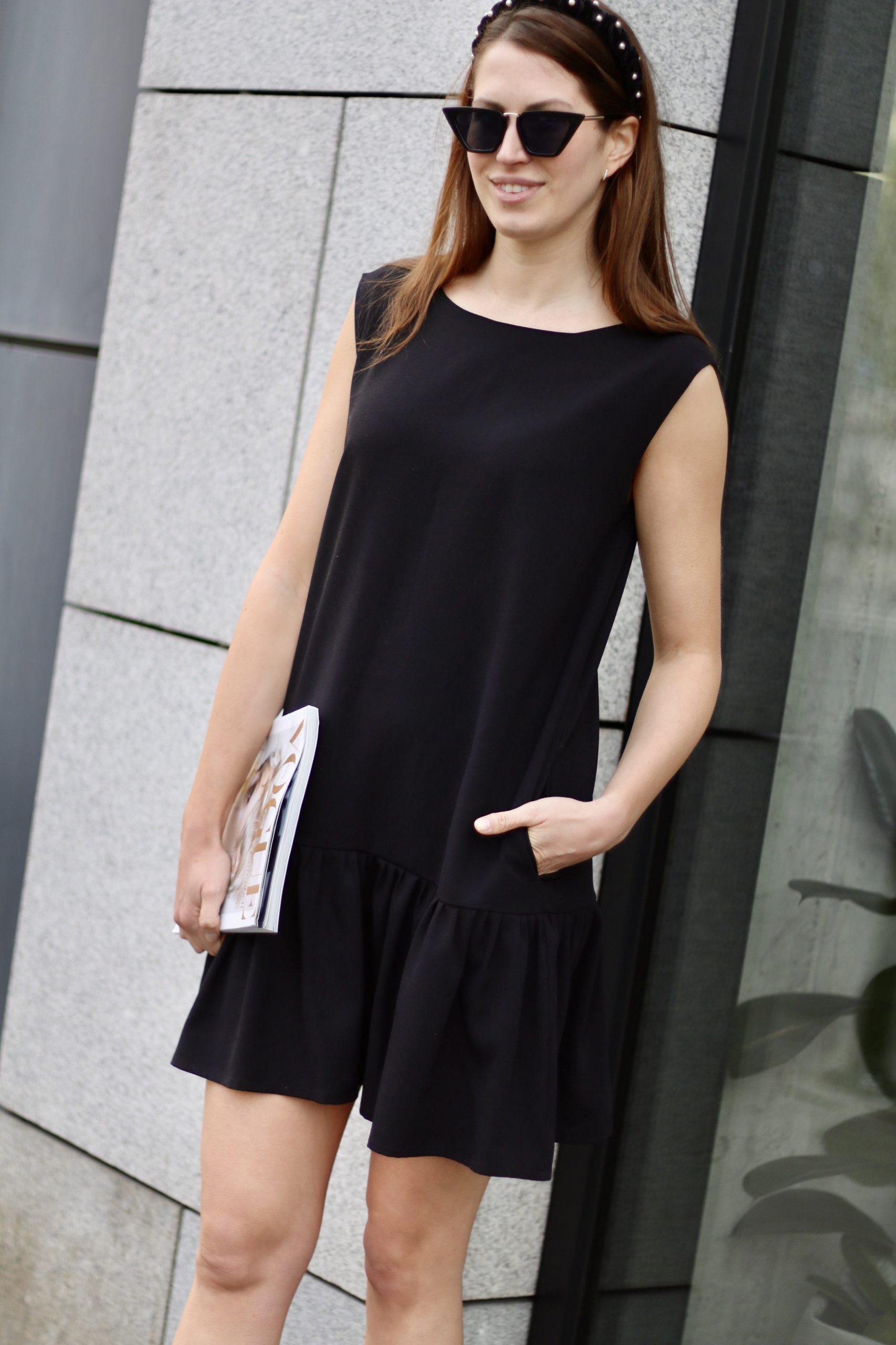 Sukienka z falbaną V – czarna