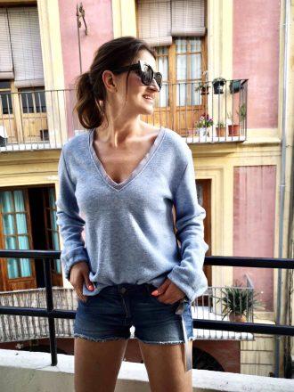 Błękitny sweterek Vka z kokardkami przy rękawie