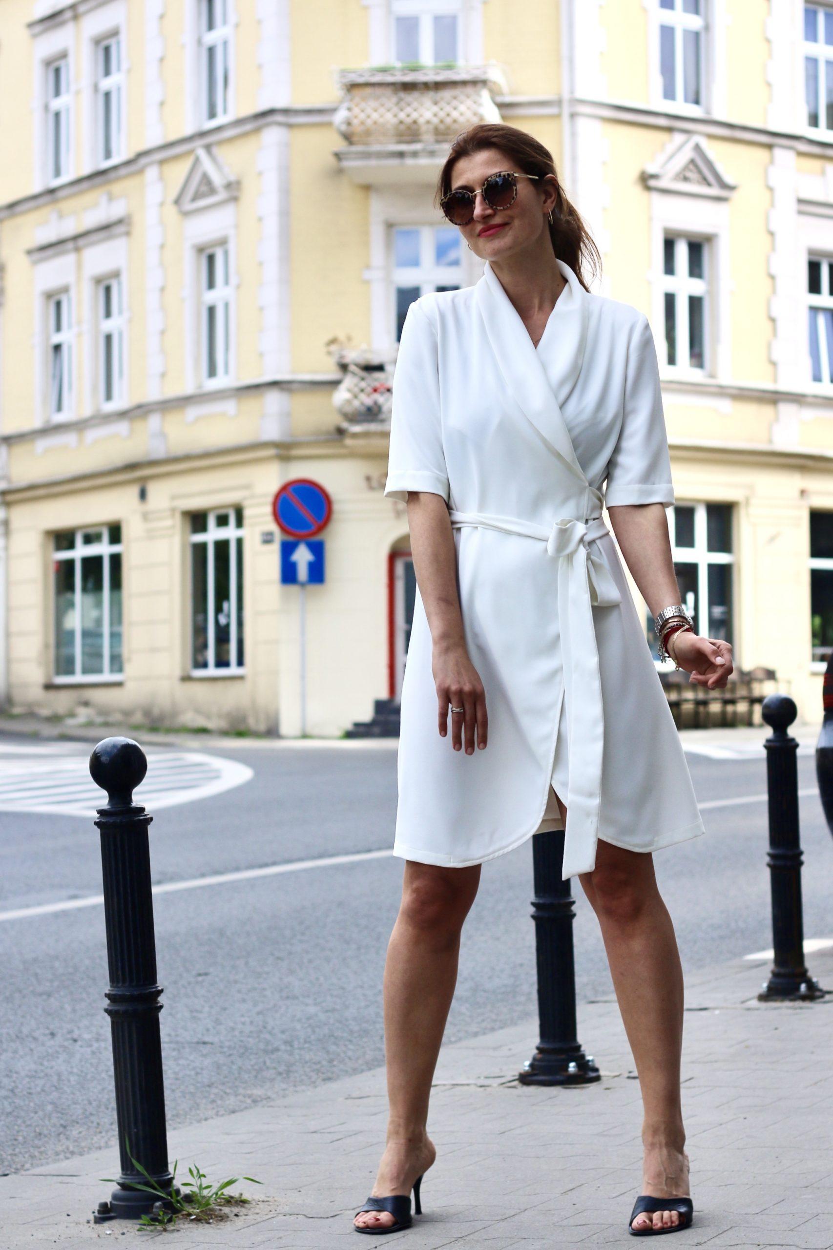 Biała sukienka kopertowa