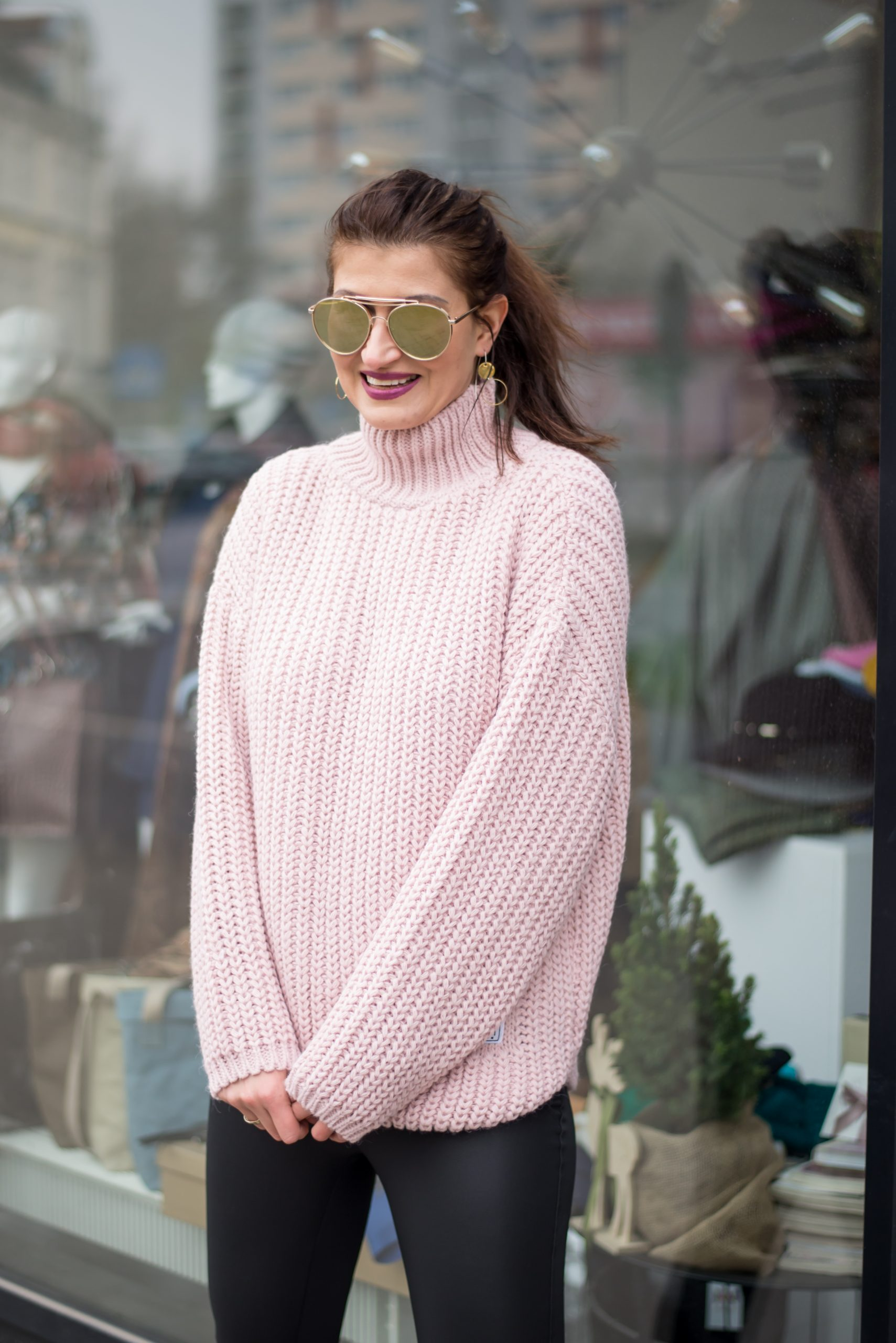 Różowy swetrowy golf