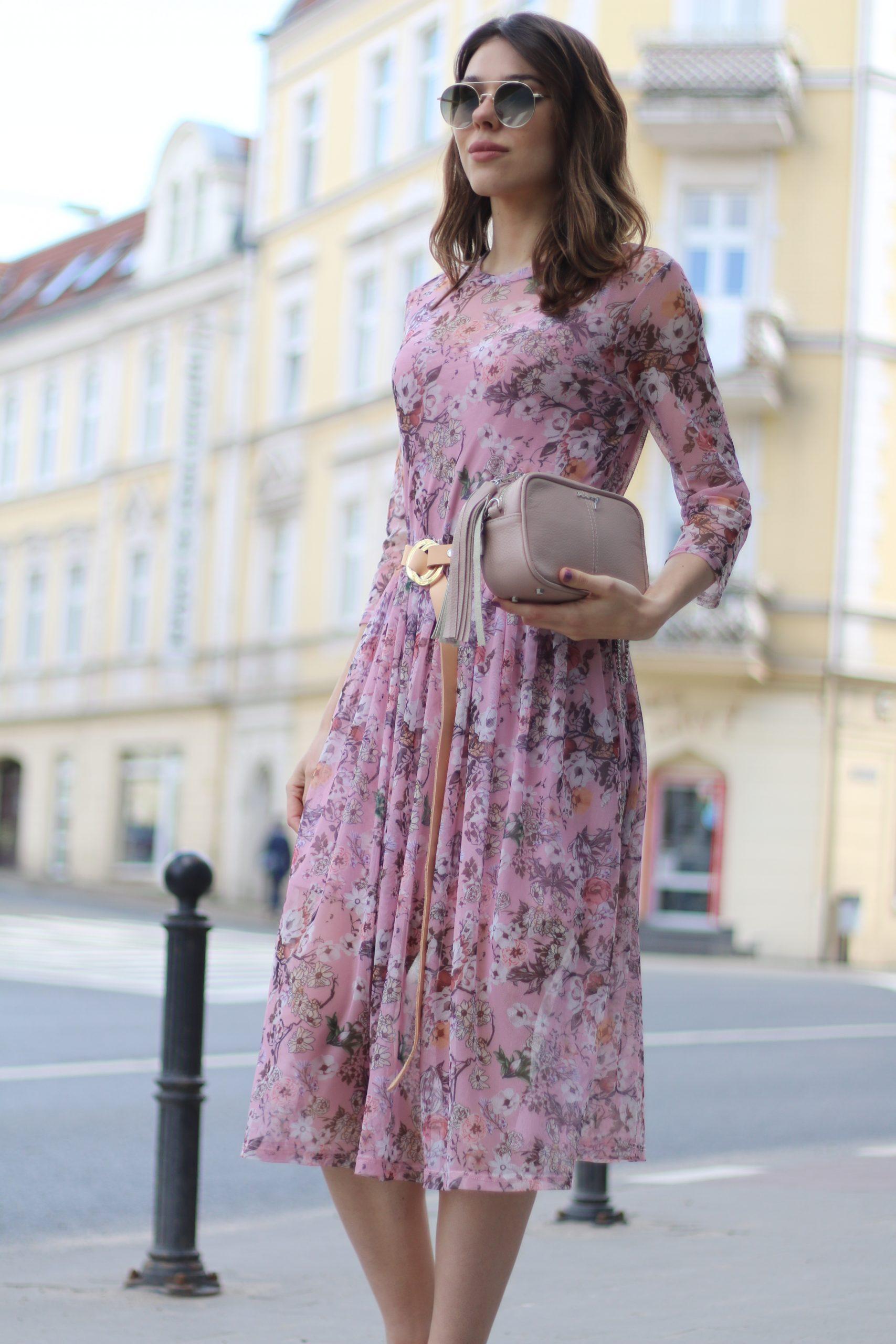 Sukienka kwiatuszki pudrowy róż